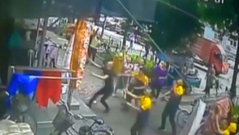 China: vecinos atrapan a un niño que cae desde un sexto nivel