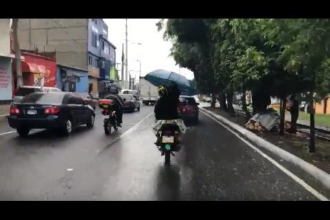 Video: la curiosa forma en que motociclistas se cubren de las lluvias