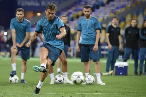 Ronaldo hace sangrar a un periodista de un pelotazo y lo recompensa