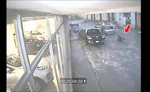 Video impresionante de correntada que volcó un auto en Quetzaltenango