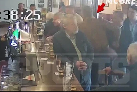 Conor McGregor golpea a un adulto mayor en un bar