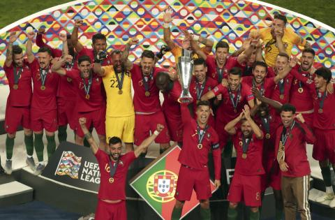 Cristiano Ronaldo levanta la copa de la Nation's League