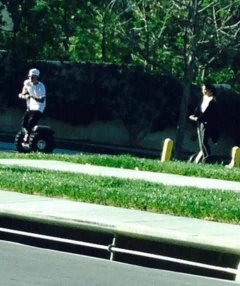 Justin Bieber y Selena Gómez en un paseo juntos