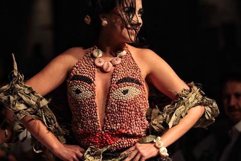 Pasarela mexicana exhibe peculiares vestidos comestibles