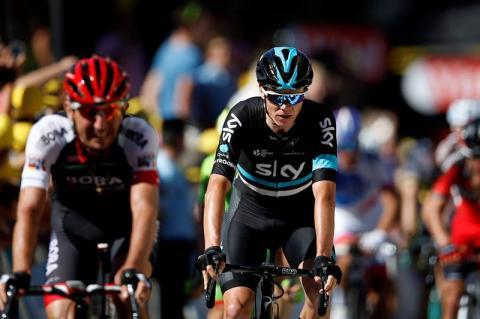 Líder del Tour de France le pega a un aficionado en plena carrera
