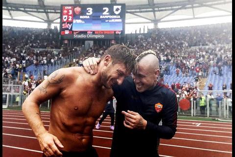 El heroico gesto de Francesco Totti: calentó bajo la lluvia torrencial