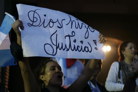 Guatemaltecos festejan retiro de la inmunidad al presidente Otto Pérez