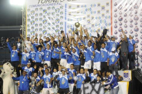 Cantos, saltos, goles, abrazos y un hexacampeón en el Mateo Flores