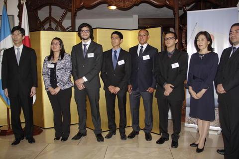 Guatemaltecos reciben becas de estudios en universidades de Japón