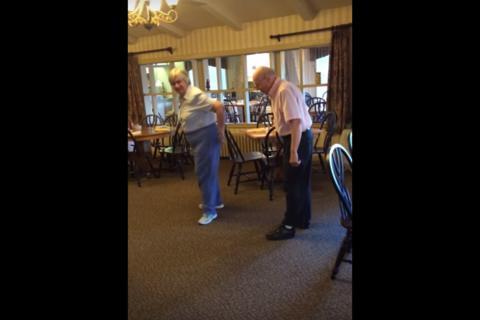 Pareja de ancianos enternece por bailar canción de Bruno Mars