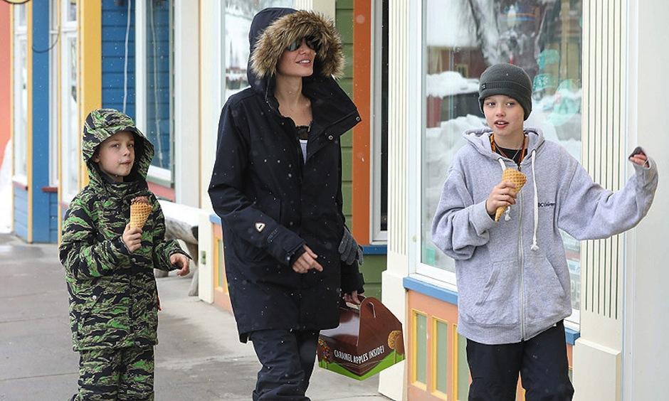 Una sonriente Angelina Jolie aparece después de 3 meses de ausencia