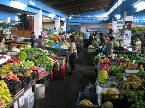 Graban a un policía municipal robando en el mercado de Antigua