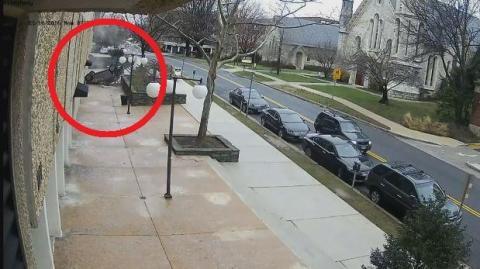 Un automóvil cae desde un cuarto piso en Estados Unidos