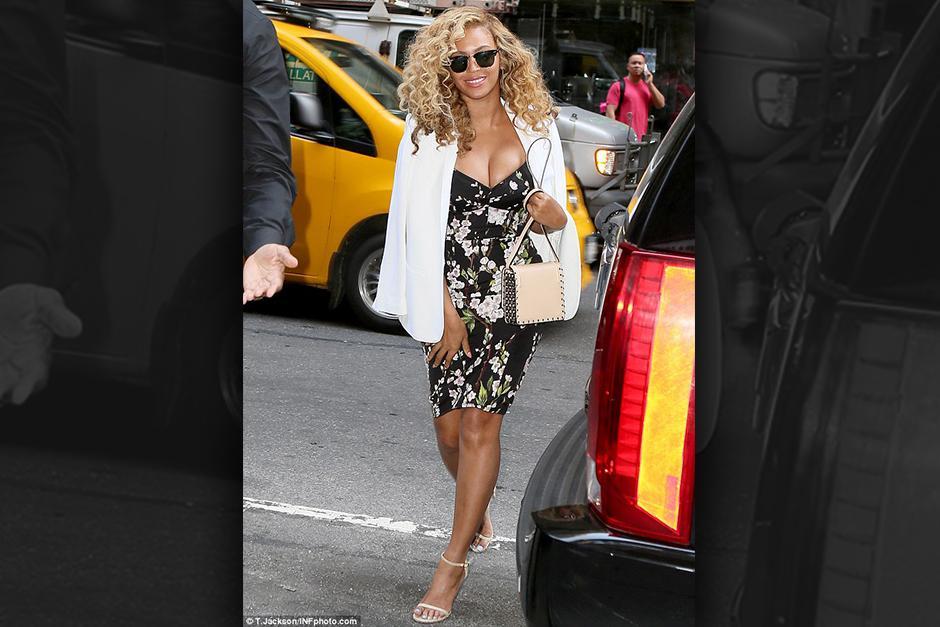 """Beyoncé para el tráfico con un vestido que casi le deja salir """"todo"""""""