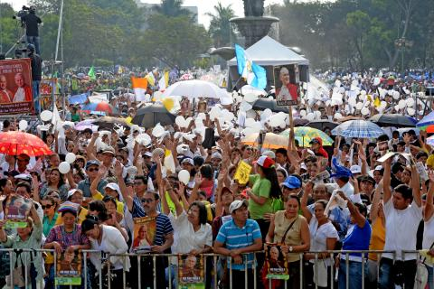 Los católicos guatemaltecos celebran a los dos papas Santos