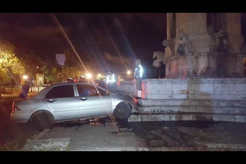 Conductor ebrio impacta en las gradas de la Plaza España