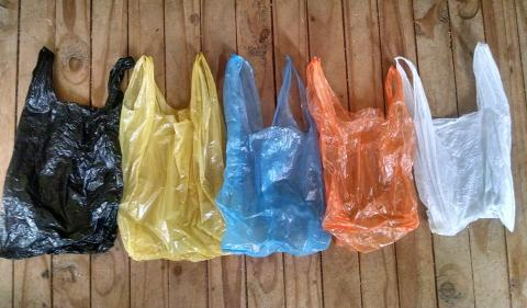 Diputados proponen prohibir el uso de bolsas plásticas en el país