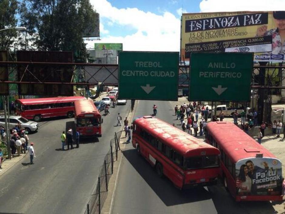 Pilotos bloquean Calzada San Juan