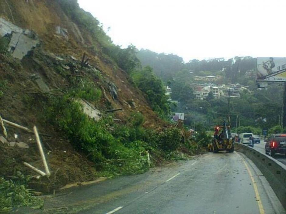 Derrumbe sobre el kilómetro 10.5 en carretera a El Salvador