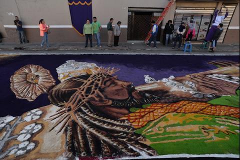 Las majestuosas alfombras con las que reciben a Jesús de Candelaria