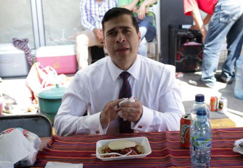 Con saco y corbata, Neto Bran sale a comer chicharrones en Mixco