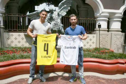 Comunicaciones FC entrega camiseta crema a Ricardo Arjona