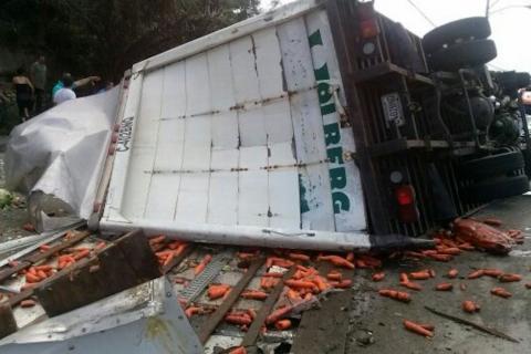 Camión cargado de verduras se accidenta cerca del CENMA