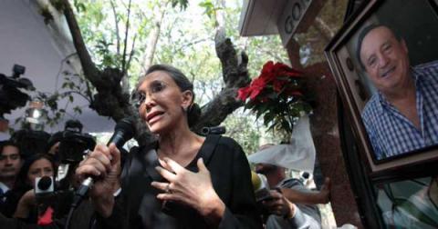 Florinda Meza reclama a la prensa durante misa para Chespirito