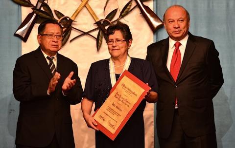 Delia Quiñónez es galardonada con el Premio Nacional de Literatura
