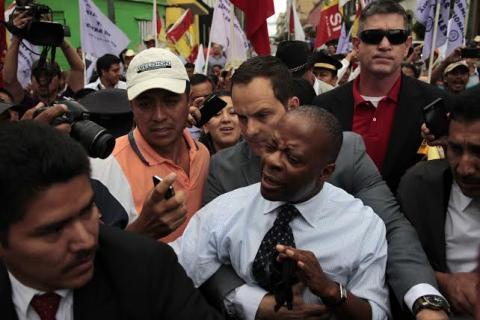 Embajador de EE.UU. asiste a marcha para pedir reformas electorales
