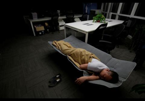 ¡Insólito! Empleados duermen en sus oficinas para no perder tiempo
