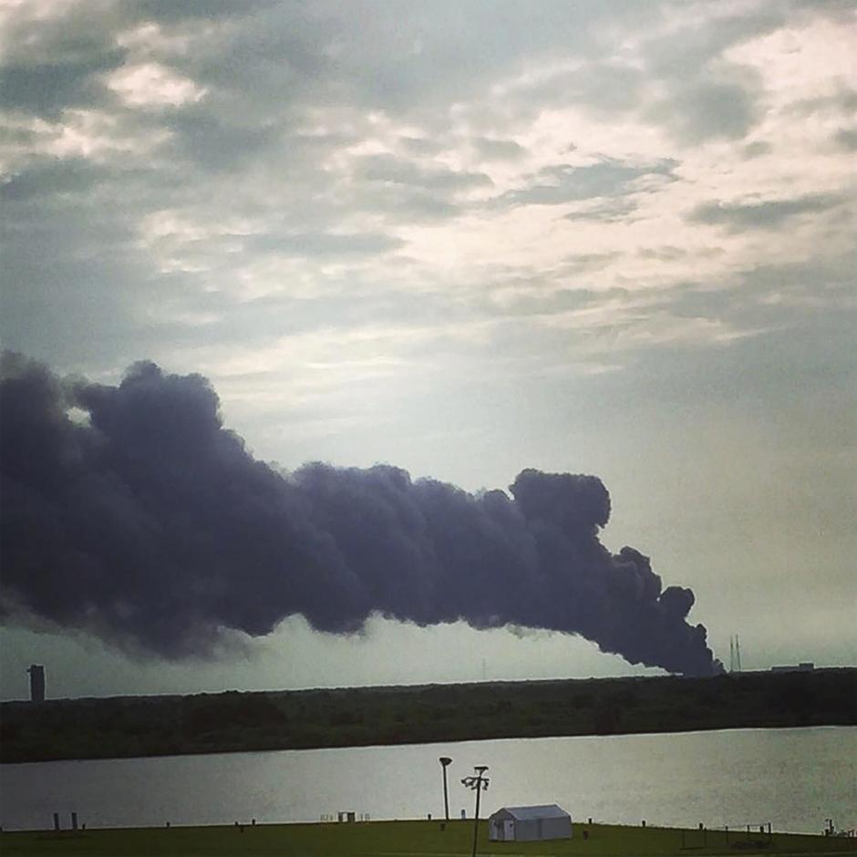 Cohete Falcon 9 explota durante prueba de lanzamiento