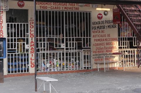 Lanzan artefacto explosivo en tienda de Mixco