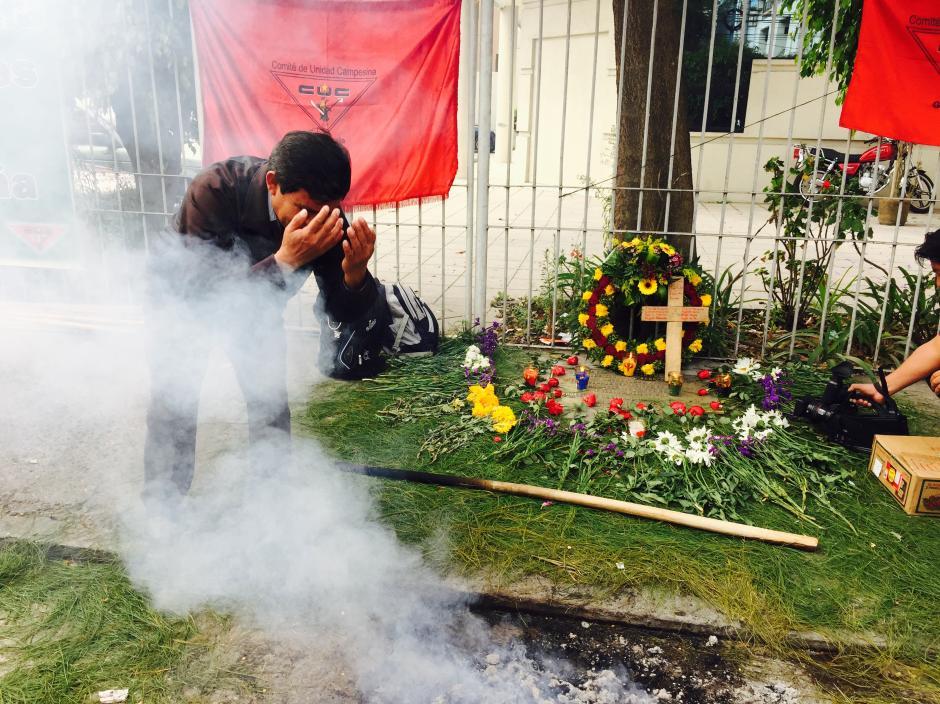 Con ceremonia maya recuerdan Quema de la Embajada de España