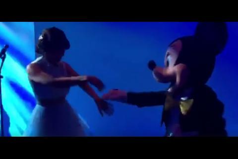 Gaby Moreno da clases de salsa a Mickey Mouse