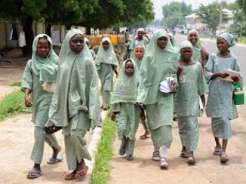 Grupo terrorista secuestra a 129 niñas en escuela de Nigeria