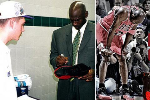 Michael Jordan firma los tenis con los que jugó el Flu Game, los que ahora fueron subastados. (AFP)