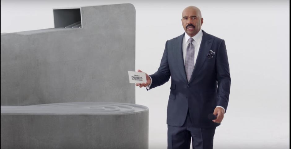 Steve Harvey se burla de su error en un anuncio del Super Bowl
