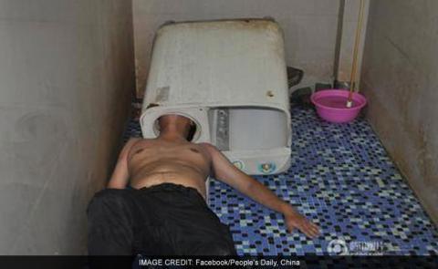 Chino queda con la cabeza atorada en lavadora que intentaba arreglar