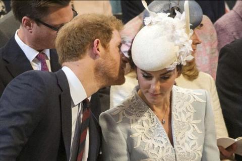 ¿Qué le cuenta el principe Harry a su cuñada Kate al oído?