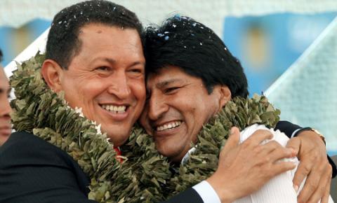 Evo Morales inaugura estatua de Hugo Chávez que mide tres metros