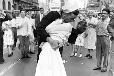 Muere la mujer protagonista del beso más famoso de la historia