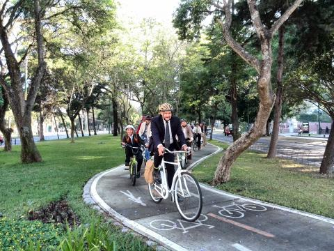Grupo ecologista fue a trabajar en bicicleta por el Día de la Tierra
