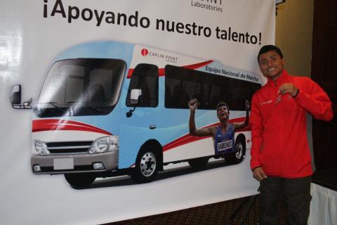 Barrondo ya tiene las llaves del nuevo autobús del equipo de marcha