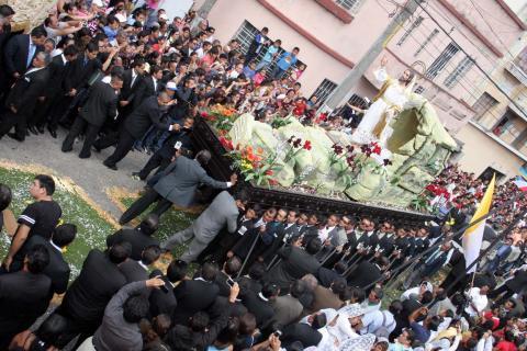 Fieles católicos celebran la resurrección de Jesús con procesiones