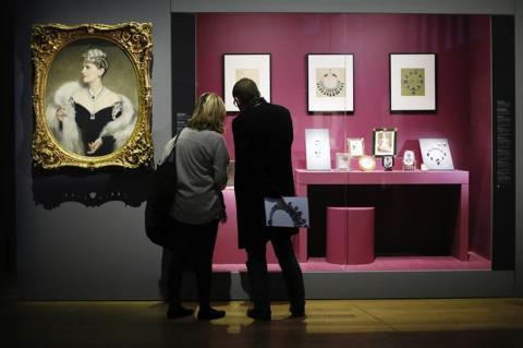 Las clásicas joyas de Cartier son expuestas en París