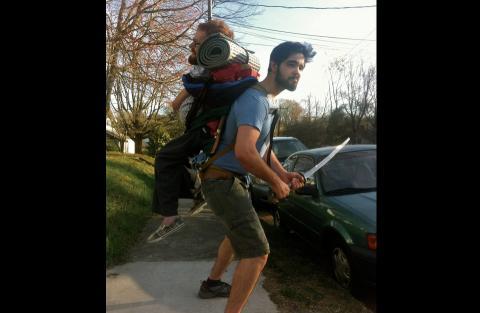 No puede caminar, pero sus amigos lo llevarán cargado por Europa