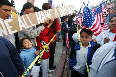 Supremo de EE.UU. revisará la suspensión de deportación de migrantes