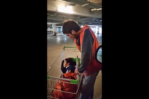 Un padre que cuida carros junto a su hijo conmueve a un millonario