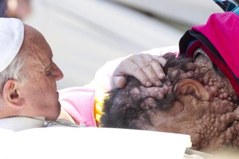 El papa Francisco protagoniza otro momento emotivo en el Vaticano